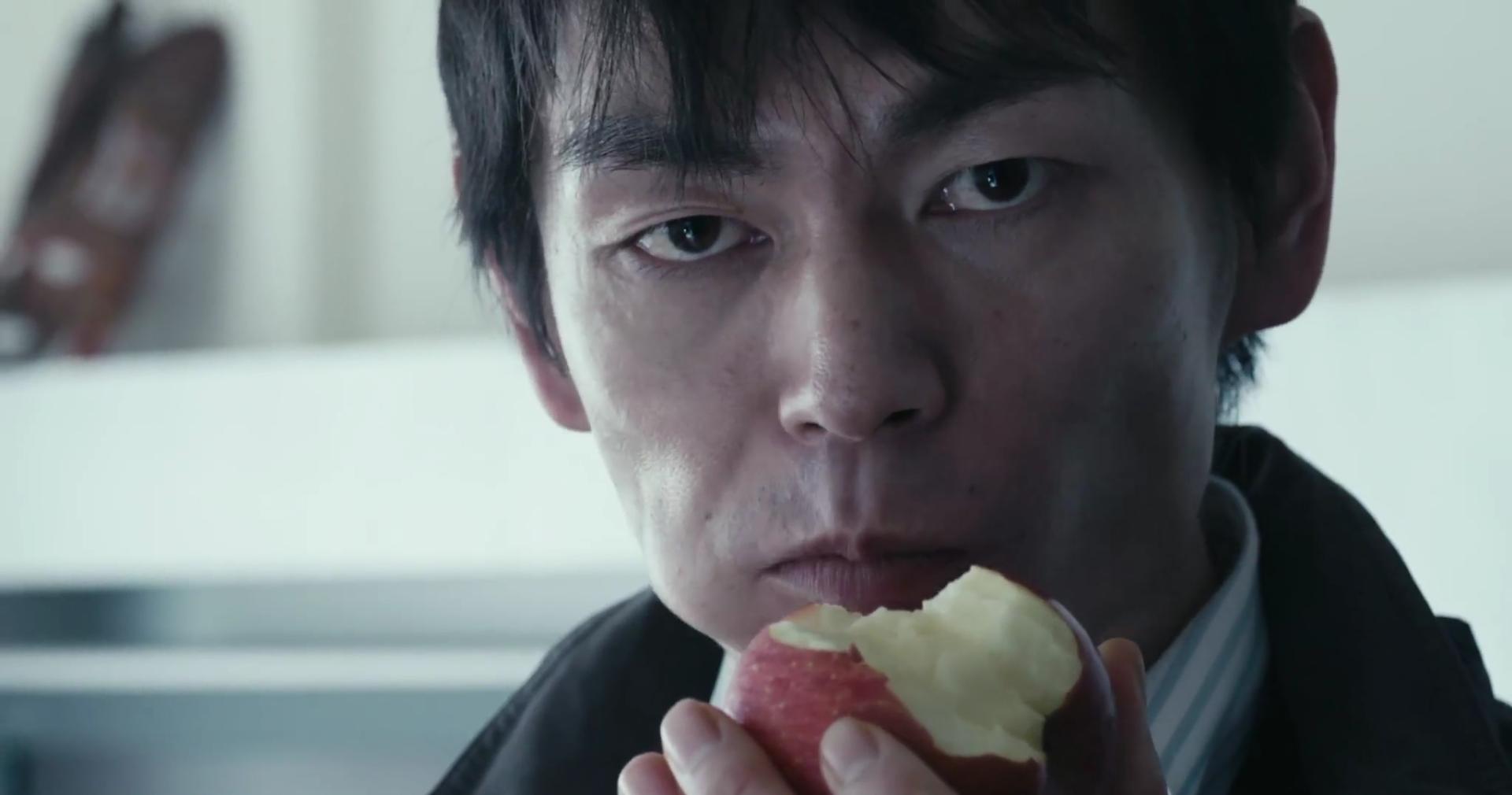 Some beißt in einen Apfel